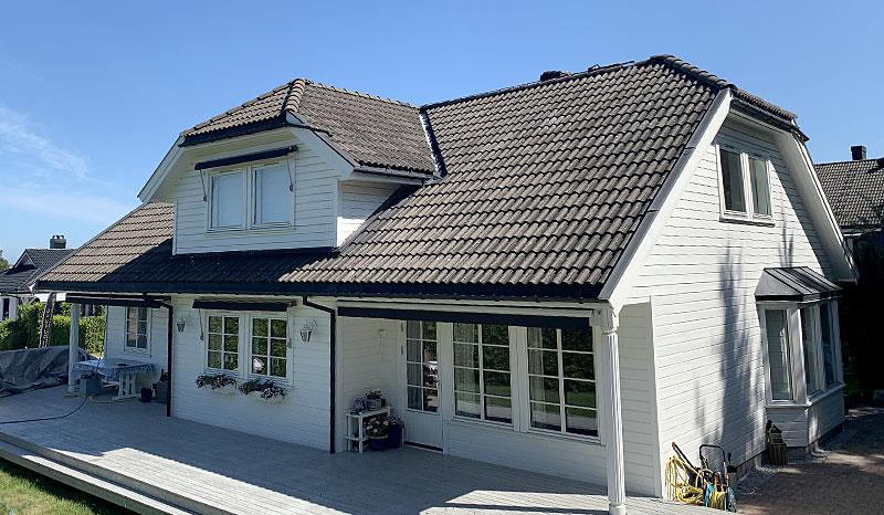 Eksempel på takstein før takvask, maling av takstein og takfornying